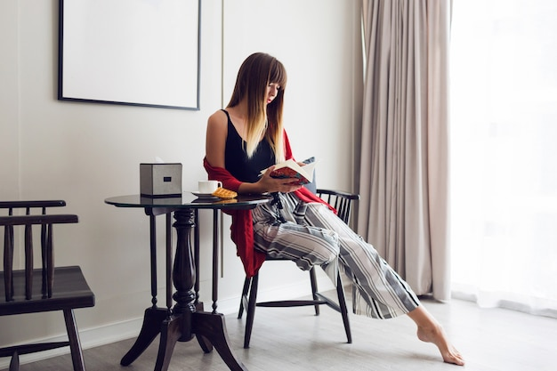 Kryty portret ładna brunetka kobieta czytanie książki