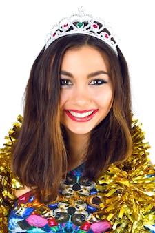 Kryty portret studio mody piękna uśmiechnięta młoda strona dziewczyna ubrana w jasny seksowny strój koktajlowy