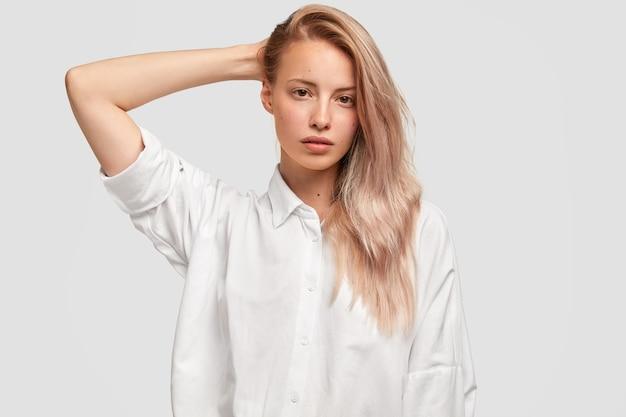 Kryty strzał cute młoda kobieta z długimi włosami