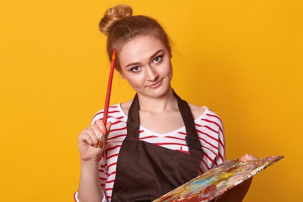 Kryty strzał miło kreatywny artysta z wyposażeniem do malowania