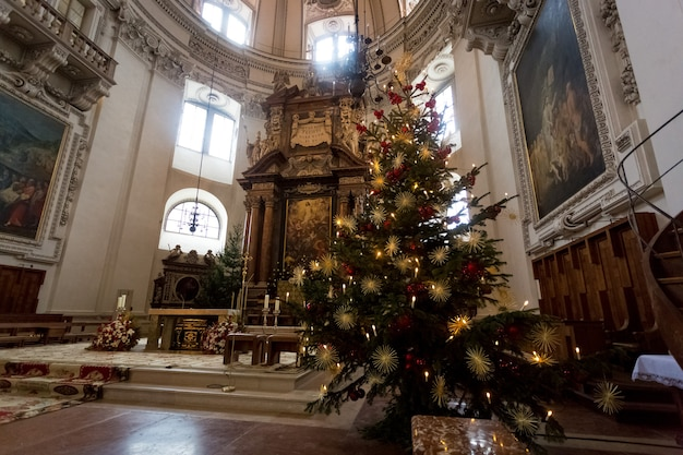 Kryty strzał udekorowanej choinki w wielkiej katolickiej katedrze w salzburgu, austria