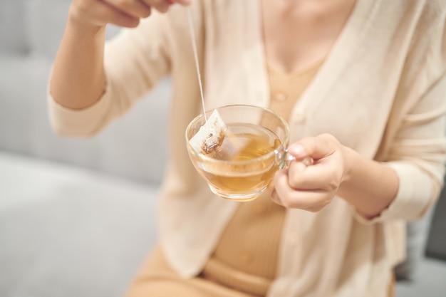 Kryty strzał uśmiechnięta kobieta azjatyckich picia herbaty.