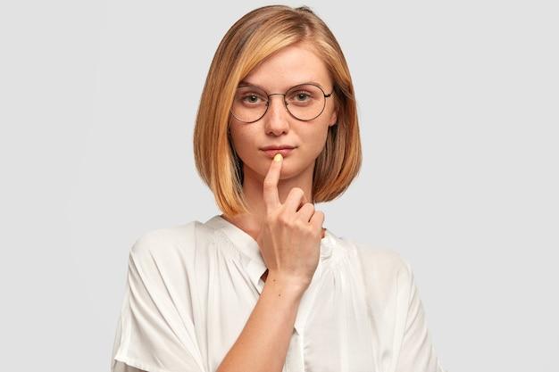 Kryty ujęcie poważnej pewnej siebie kobiety rozważającej plany na przyszłość, chcącej zmienić stanowisko