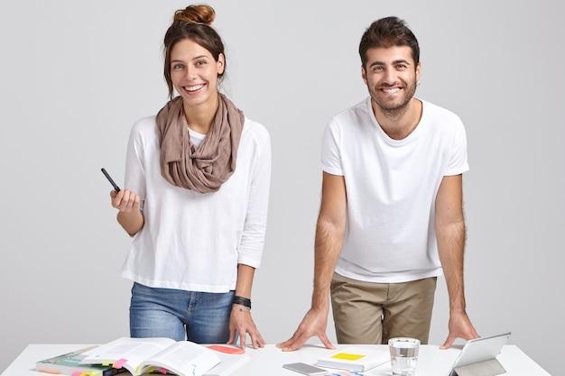 Kryty ujęcie zadowolonych start-upów wspólnie omawiających plan