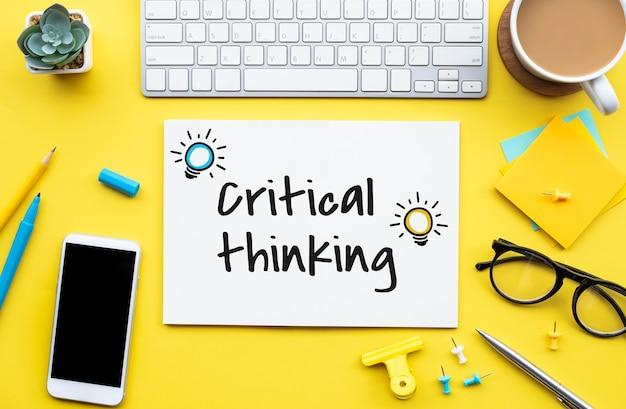 Krytyczne koncepcje myślenia z tekstem na stole roboczym. kreatywność do sukcesu