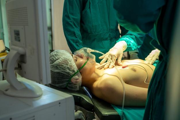 Krytycznie chory pacjent, krytyczny pacjent z rurką dotchawiczną spoczywającą na łóżku w szpitalu.
