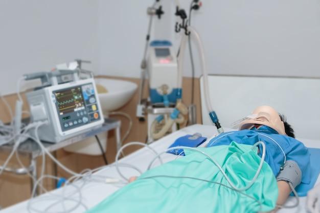 Krytyczny męski pacjent w pogotowiu