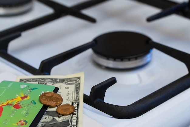 Kryzys niedoboru i gazu. pieniądze na tle wyłączonej kuchenki gazowej
