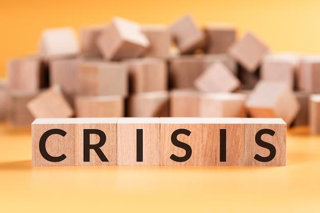 Kryzys programu word na drewnianych blokach kostki na żółtej ścianie.