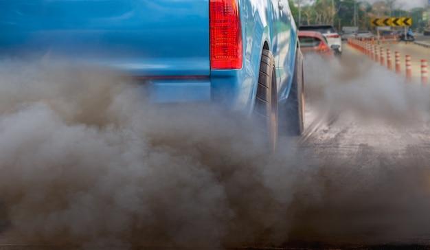 Kryzys zanieczyszczenia powietrza w mieście z rury wydechowej pojazdu z silnikiem diesla na drodze