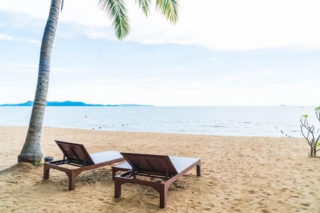 Krzes? o beach, palm i tropikalnych pla? yw pattaya w tajlandii