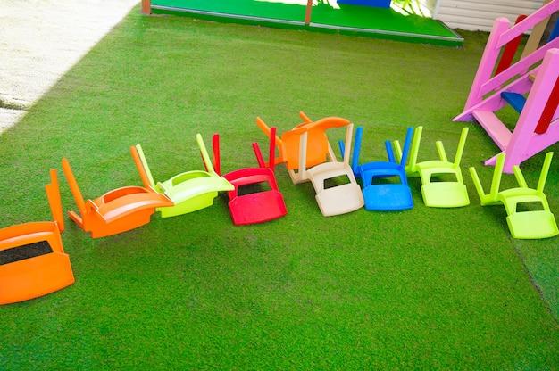 Krzesełka do góry nogami dla dzieci. plac zabaw.