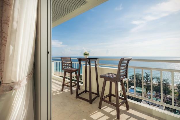 Krzesła balkonowe z widokiem na morze
