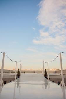 Krzesła dla gościa na ceremonii ślubnej.