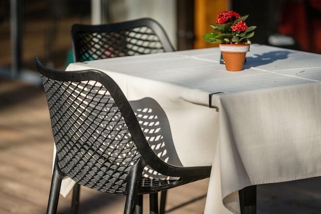 Krzesła i stoliki kawowe na odkrytym tarasie