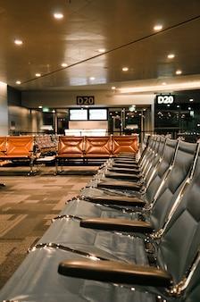 Krzesła lotniskowe w strefie wolnocłowej