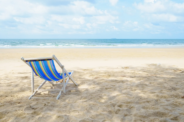 Krzesła na plaży w pobliżu morza. z widokiem na morze z niebieskim niebem na wakacjach