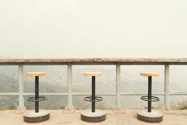 Krzesła na słonecznym tarasie z widokiem na zatokę i dekoracji we współczesnym domu.