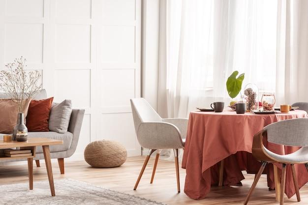 Krzesła przy stole w jadalni na wielkanocne spotkanie rodzinne