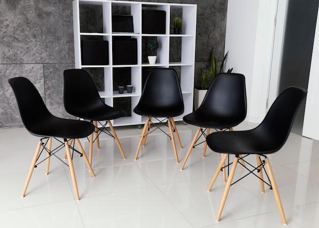 Krzesła przygotowane do terapii grupowej