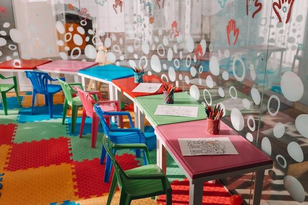 Krzesła, stół i zabawki. wnętrze przedszkola