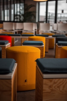 Krzesła z niebiesko-pomarańczowymi poduszkami