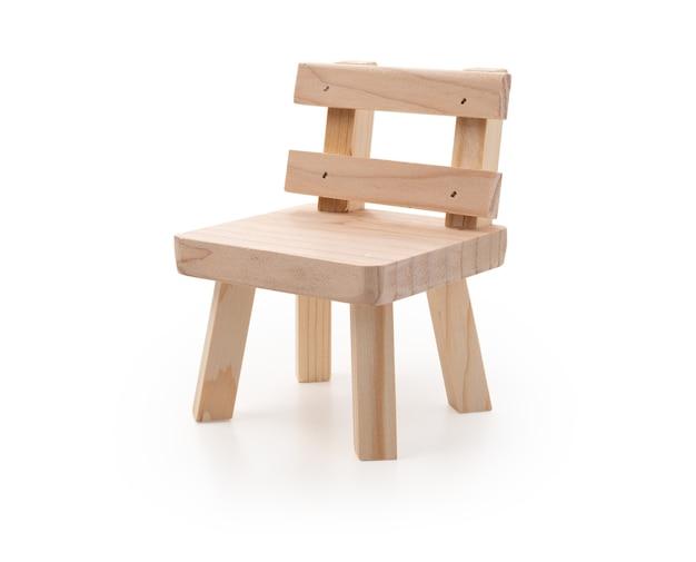 Krzesło drewniane na białym tle