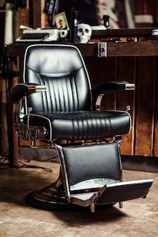 Krzesło fryzjerskie w stylu vintage. biznes fryzjerski. nowoczesny salon fryzjerski i fryzjerski. fryzjer męski.