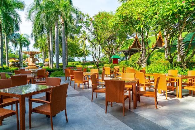 Krzesło i stół na zewnątrz patio w restauracji-kawiarni