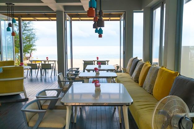 Krzesło i stolik w kawiarnianej restauracji