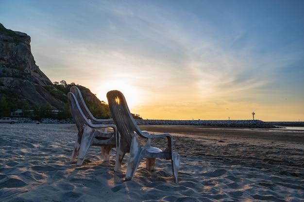 Krzesło na plaży z pięknym widokiem na wschód słońca z plaży khao takiab w huahin prachuap khiri khan thailand