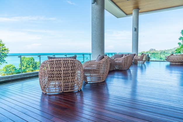 Krzesło ogrodowe i stół z widokiem na morze