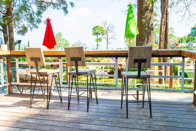 Krzesło ogrodowe na zewnątrz i stół