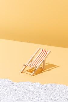 Krzesło plażowe w czerwone paski do opalania i fal papieru koncepcja lata i wakacji