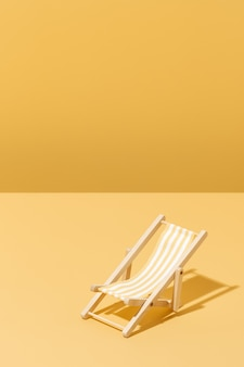 Krzesło plażowe w żółte paski do opalania koncepcja lato i wakacje
