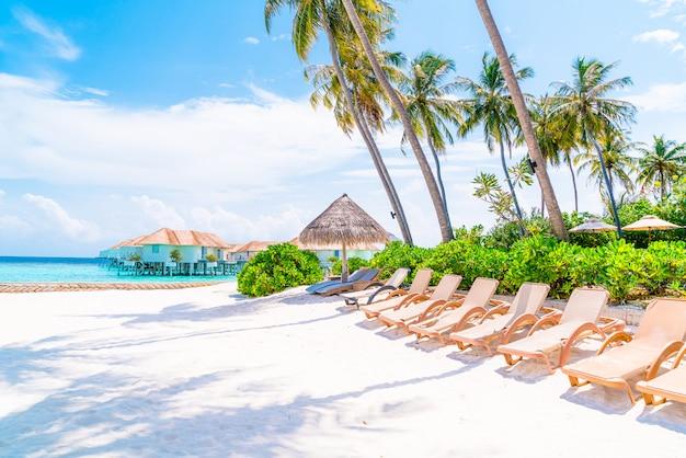 Krzesło plażowe z tropikalną plażą i morzem na malediwach