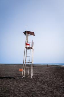 Krzesło ratownika na plaży na wyspach zielonego przylądka