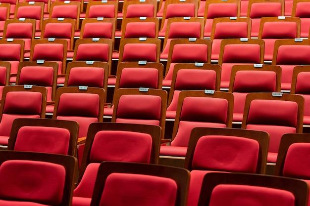 Krzesło siedzące z czerwonej tkaniny ze skóry pu
