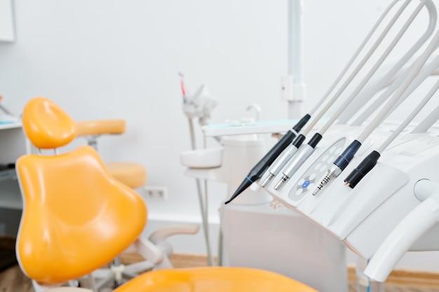 Krzesło, sprzęt i narzędzia w nowoczesnej klinice dentystycznej, koncepcji pielęgnacji jamy ustnej i opieki zdrowotnej