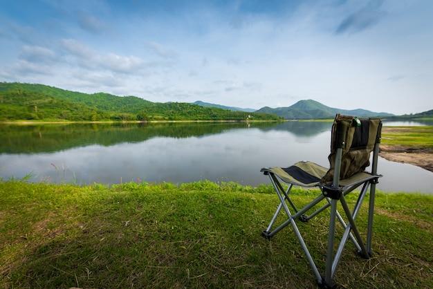 Krzesło w naturze z górami