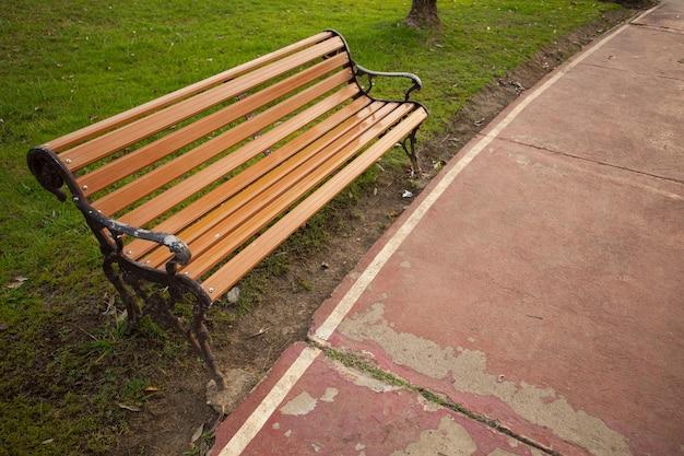 Krzesło w ogrodzie.