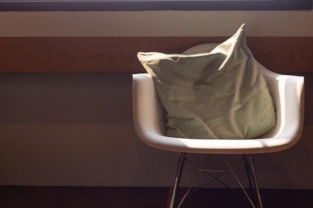 Krzesło w rogu pokoju i poranne światło