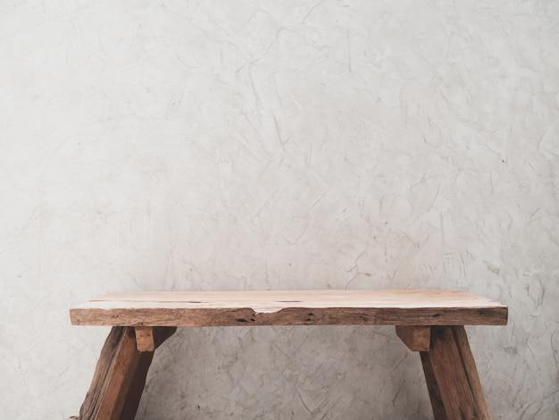Krzesło z drewna tekowego z miejscem na produkty ze ścianą cementową