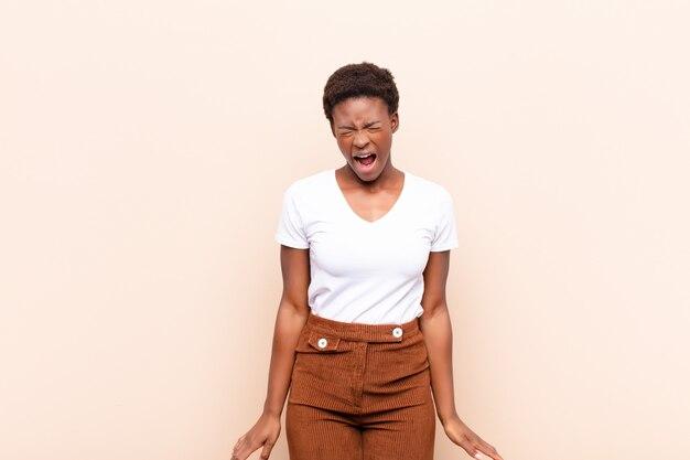 Krzycząc agresywnie, wyglądając na bardzo wściekłego, sfrustrowanego, oburzonego lub zirytowanego, krzycząc nie