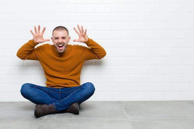 Krzycząc w panice lub złości, zszokowany, przerażony lub wściekły, z rękami obok głowy
