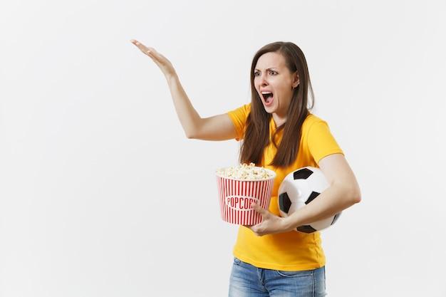 Krzycząca europejka, fan piłki nożnej, trzymając piłkę nożną, wiadro popcornu zdenerwowany straty lub cel ulubionej drużyny na białym tle. sport, grać w piłkę nożną, dopingować, koncepcja stylu życia fanów.