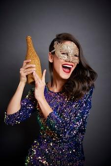 Krzycząca kobieta trzyma butelkę szampana