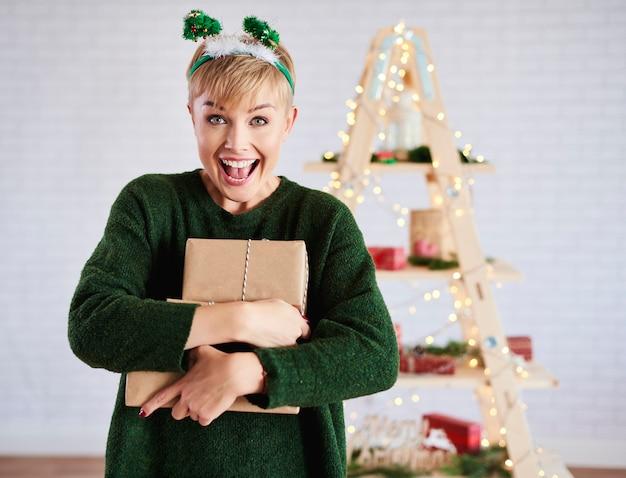 Krzycząca kobieta trzyma prezent gwiazdkowy