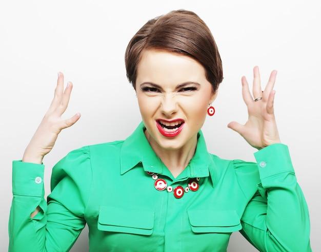 Krzycząca kobieta w zielonej sukience