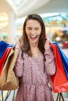Krzycząca kobieta z torbami na zakupy